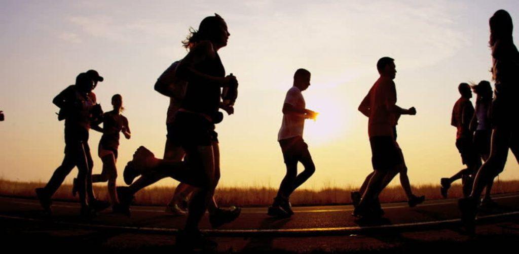 running runner tramonto gruppo viaggi